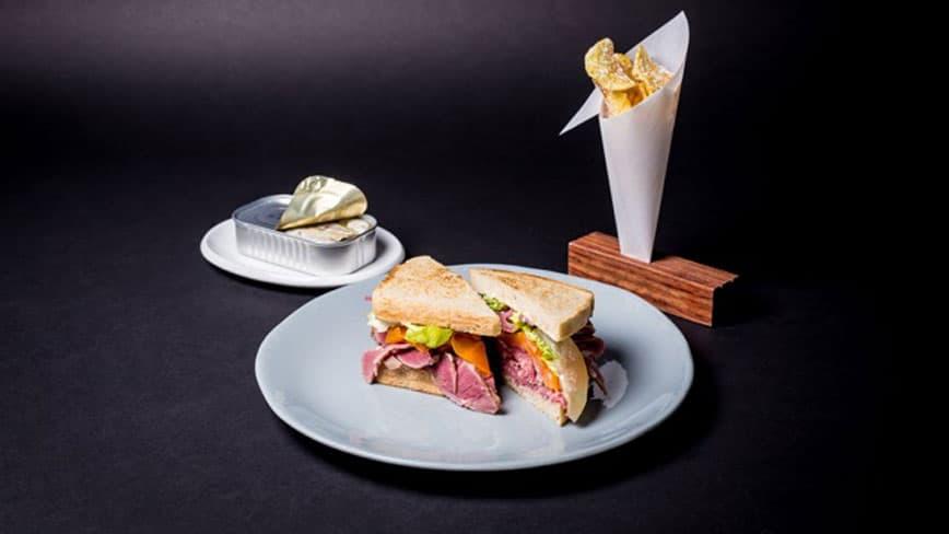 Hausgemachter-Sardinen-Toast-mit-Rinderpastrami-und-Chips