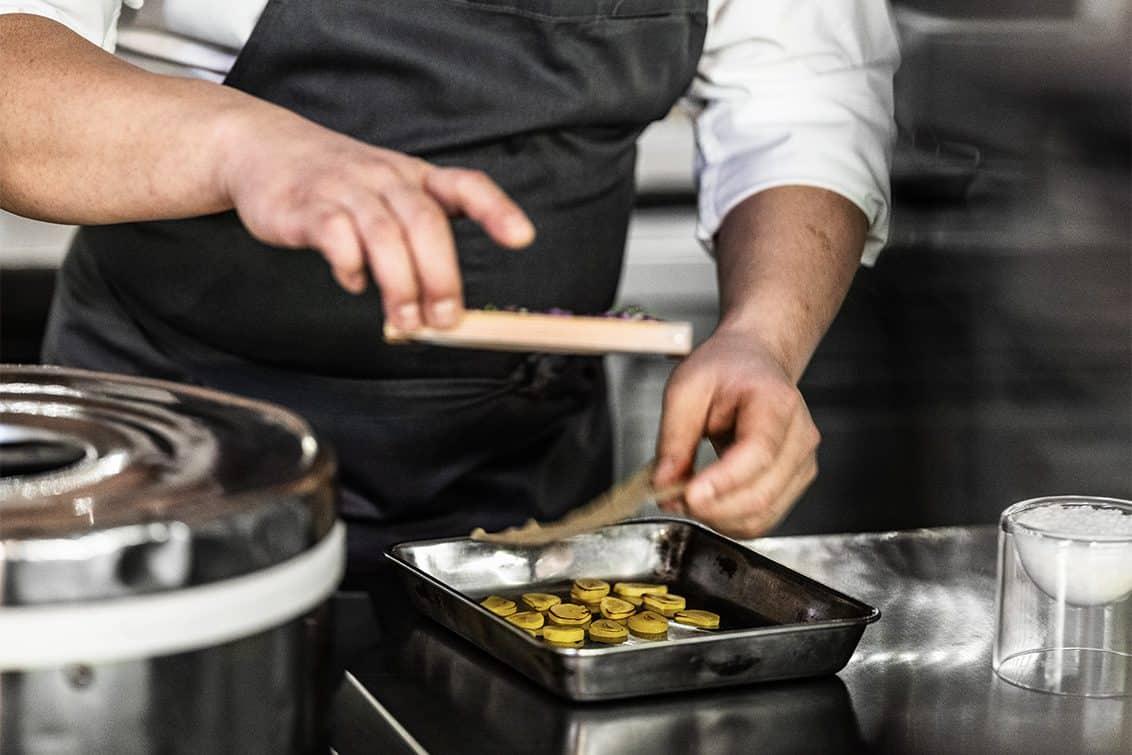 Yoshizumi Nagaya in der Küche seines Restaurants Nagaya in Düsseldorf