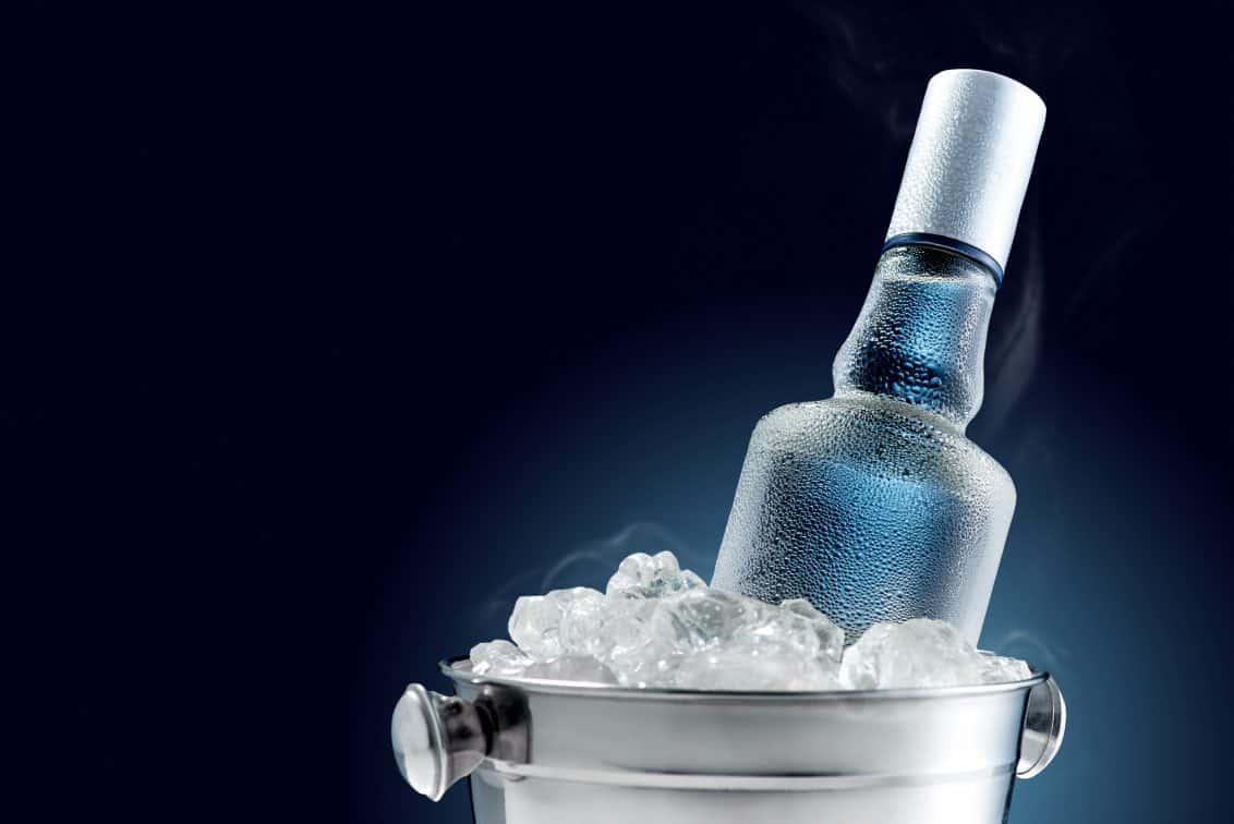 Wodkaflasche im Eiskübel