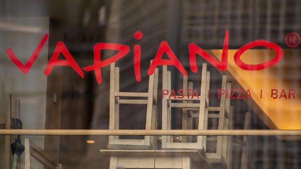 die-stuehle-sind-hochgestellt-die-angeschlagene-restaurantkette-vapiano-hat-in-folge-starker-umsatzeinbrueche-insolvenz-angemeldet-