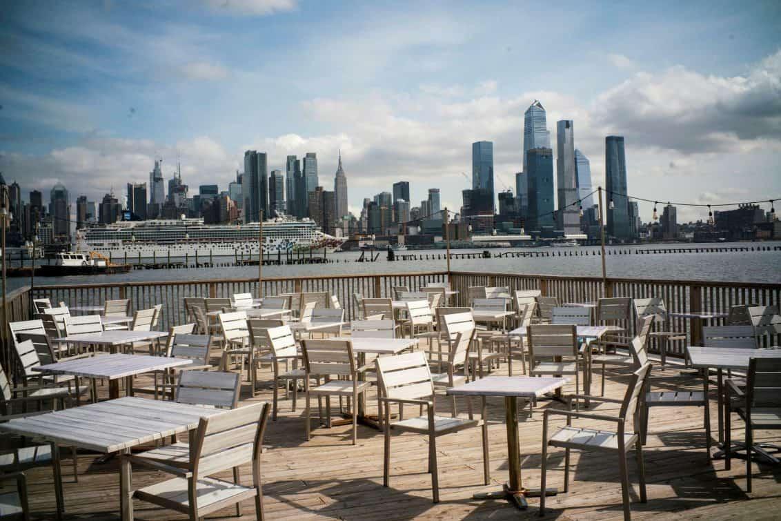 leere-stühle-geschlossen-corona-restaurant-usa-amerika-1132x755
