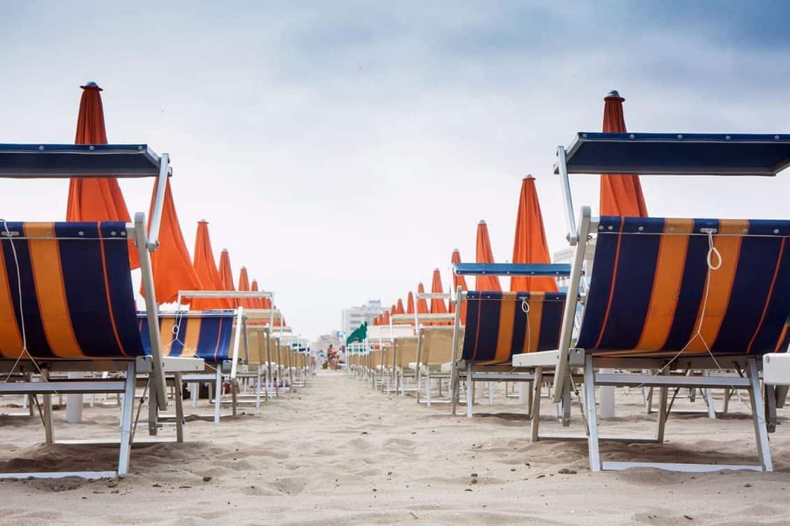 riccione-strand-liegen-sommer-italien-adria-1132x754