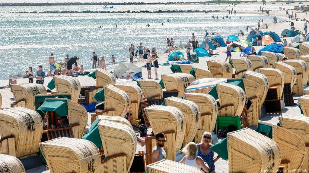 italien-tourismus-strand-liege-massen