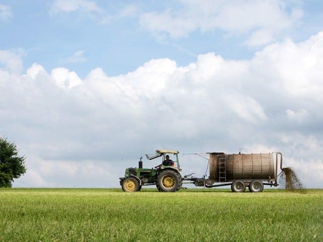 landwirtschaft-bauer-feld-traktor-jauche
