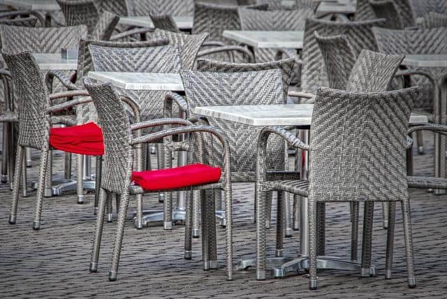 leere-stühle-restaurant-gastronomie-corona