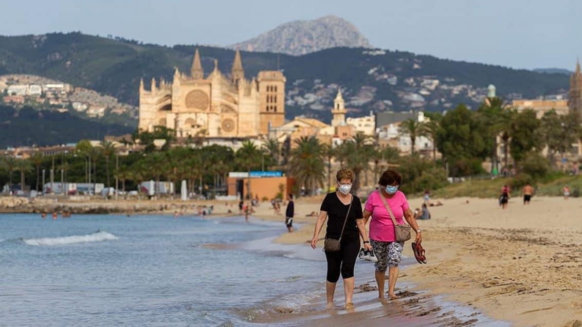 Touristen-Urlaub-Palma-Mallorca-Maske-Corona-Strand-Meer-1132x636