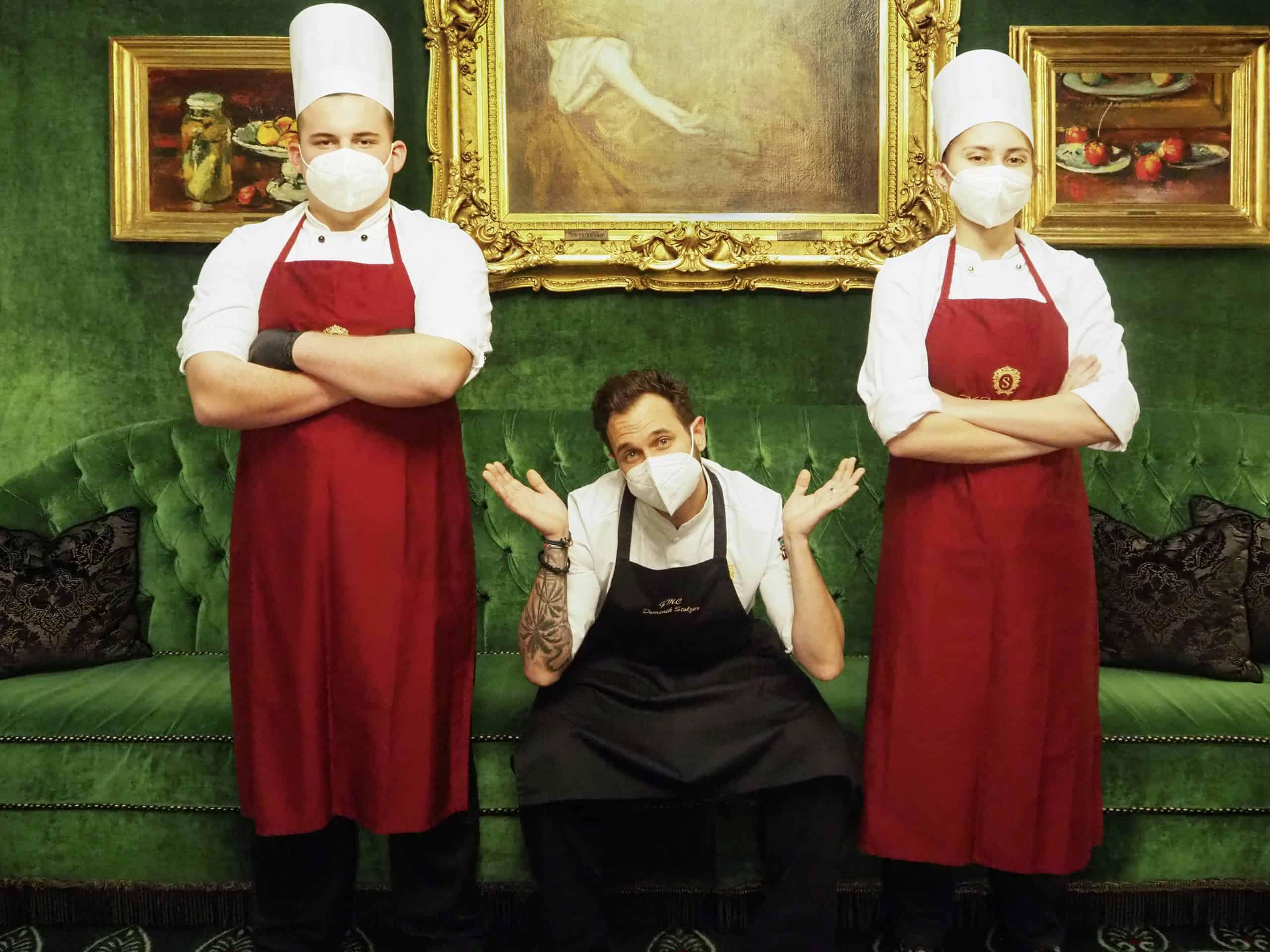 Dominik Stolzer mit zwei seiner Lehrlinge im Hotel Sacher