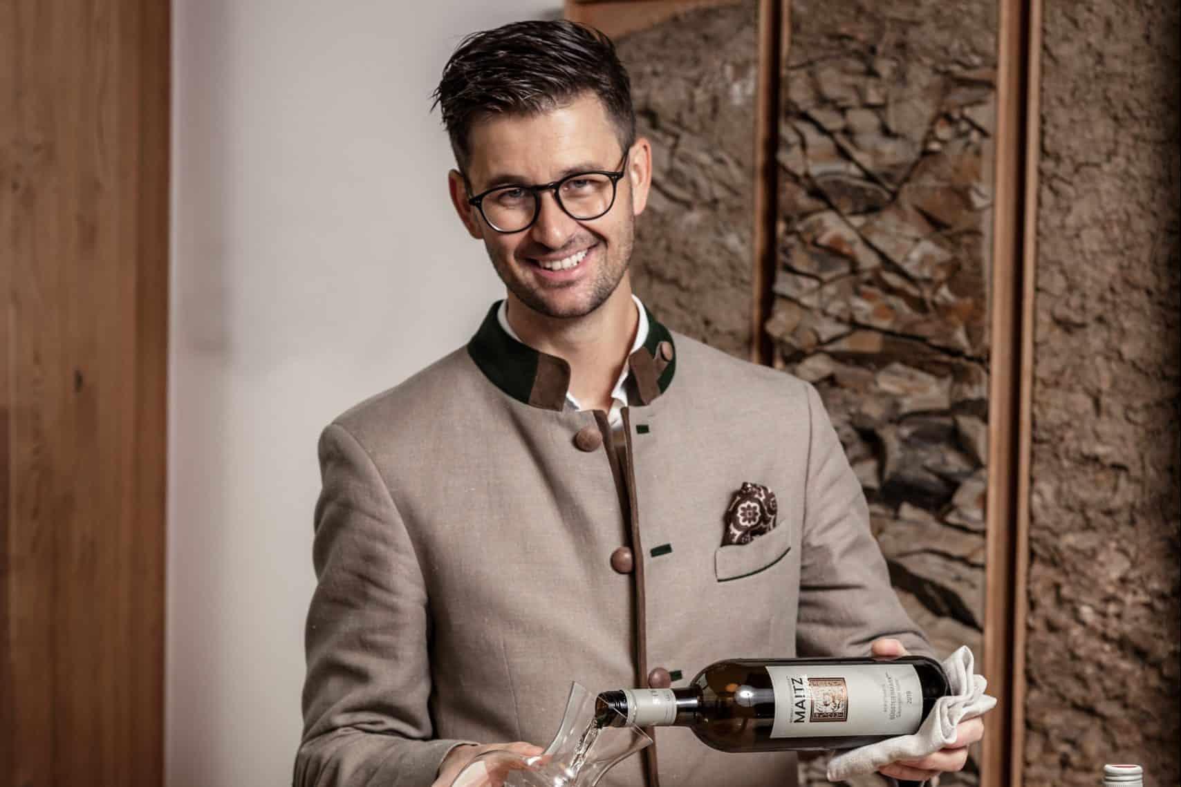 René Kolleger beim Einschenken von einem Glas südsteirischen Weins