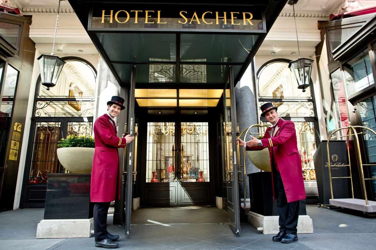 Der Eingang von Hotel Sacher steht offen