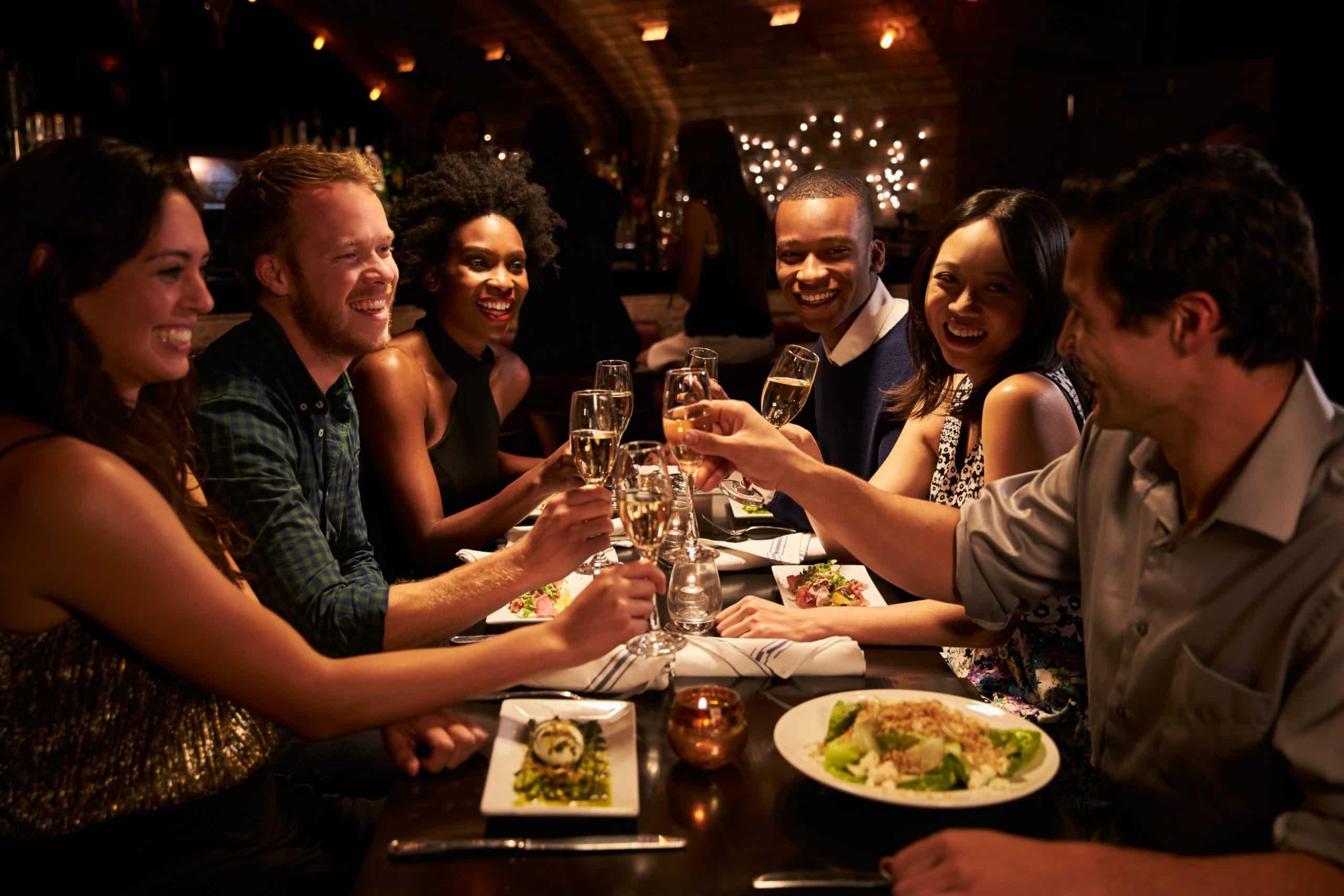 Gruppe von Freunden unbeschwert am Restauranttisch