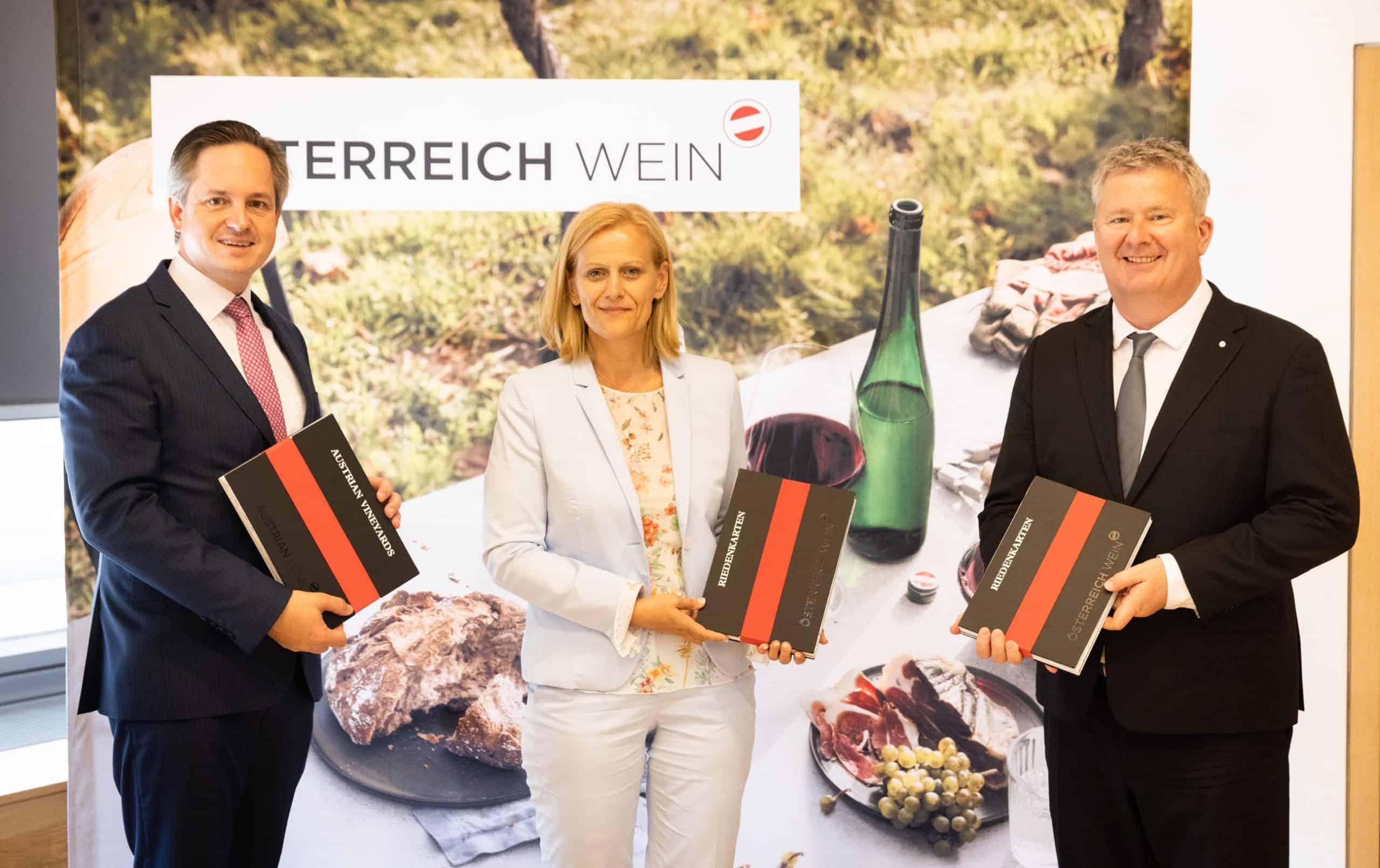 BILD zu OTS - v.l.n.r.: Johannes Schmuckenschlager (PrŠsident …sterreichischer Weinbauverband), Susanne Ertler-Staggl (Projektleitung …WM), Chris Yorke (GeschŠftsfŸhrung …WM)
