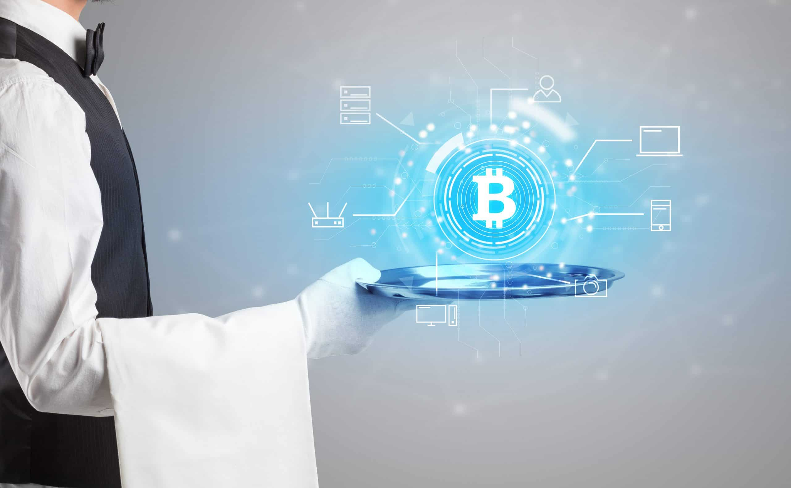 Kellner serviert Tablett mit Cryptocurrency-Symbol