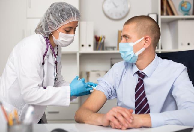 Büro Arbeitnehmer wird geimpft
