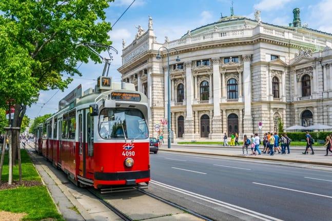 Burgtheater mit Straßenbahn in Wien